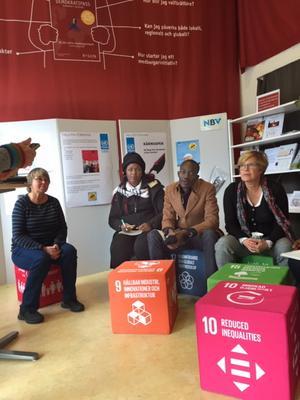 Falu FN förening informerade om de globala målen och om sin verksamhet nationellt och lokalt. Från vänster: Cia Bergh från Falu FN-förening, Agnes Tore, Sathulani Moyo, Karin Perers från Falu kommun. Foto: Karin Alexanderson
