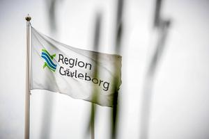 Debattörerna tycker att Region Gävleborgs tv-reklam är plakatpolitik som sårar medarbetare som är på plats.