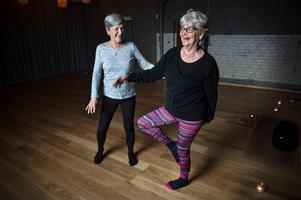 Mari-Louise Larsson och Kristina Åberg kollar in balansen efter ett yogapass.