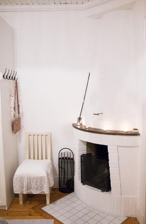 I föräldrarnas sovrum finns en öppen spis där gamla kopparmynt har gjutits in i spiselkransen.