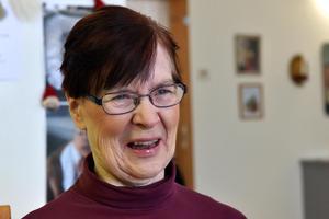 Glada Birgitta Sisell behöver inte längre åka till Rättvik för att bli klippt nu när hon kan göra det på Grindstugan.