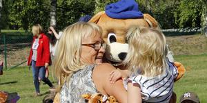 Carina Hansén lyfte gärna upp barnen som ville krama Bamse.