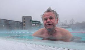 Janne Olsson simmar för att träna sin rygg.