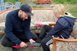 Björn Lundevall med sonen Lo fyndar på Buskaloppis.
