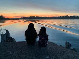 Systrarna Branten njuter av kvällen. Foto: Daranee Branten