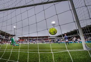 ÖSK:s första allsvenska mål 2018! Filip Rogic har överlistat Norrköpings målvakt Isak Pettersson och bollen är på väg in i nätmaskorna.