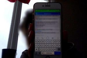 En av kvinnorna visar upp en sms-konversation med mannen berättar att han behöver pengar.