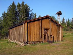 Barsta kapell  från 1600- talet hittar man i skogskanten strax ovanför sjöbodarna.