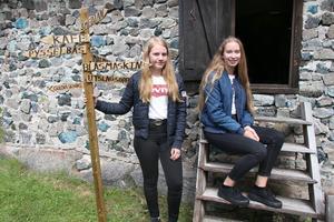 Magdalena Karlsson och Alexandra Åkesson från Lindesberg ska sommarjobba som medarbetare i teatern och lotsa barnen till de olika scenplatserna under sagovandringen.