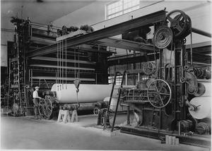Pappersmaskin i Kvarnsvedens pappersbruk 1931. Foto: Ur Dala-Demokratens arkiv.