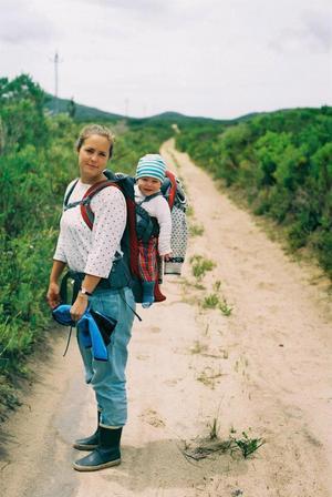 Nina van Rooyen, född Johannsen och uppvuxen i Varberga, på en väg på gården där de bodde nära Gaansbai i Sydafrika, i naturreservatet som drivs av Grootbos foundation.