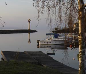 En lugn och vacker morgon i båthamnen på Långnäs i Bollnäs.