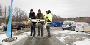 Tom Greneby, badhuschef, Bino Drummond, kommunalråd och Simon Hellström från byggbolaget Credentia.