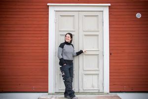 Catarina Persson framför de ståtliga pardörrarna som de efter idogt letande hittade på Blocket.