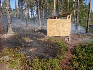 Det var vid slogboden som branden startade. De misstänker att någon inte släckt en eld ordentligt.