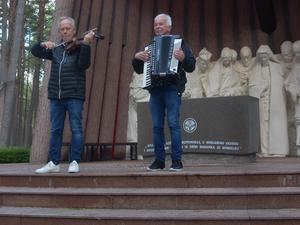 Bröderna Lasse och Pelle Bertilsson spelar Koppången. Foto: Eva Hansson.