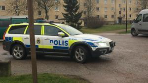 En man i 30-årsåldern hittades död i en lägenhet i Hallstahammar på onsdagskvällen. Polisen misstänker mord alternativt dråp.