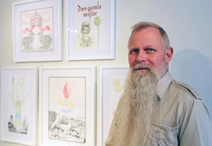 Johan Urban Bergquist vid några av sina tuschteckningar/kollage.