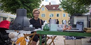 Marie Edwertz sitter på torget i Norberg och säljer allt som dottern inte tog med sig när hon flyttade till Danmark.