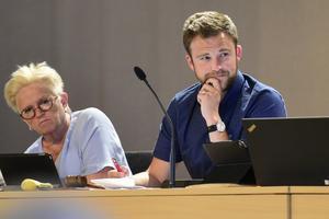 Kommunfullmäktiges ordförande Peter Hedlund följer noga med, Eleonora Asplund i bakgrunden.
