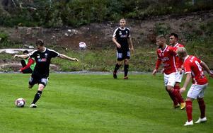 Johan Bertilsson slår en passning mot Nora BK i DM-semifinalen på Norvalla.