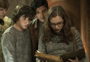 Stella (Zoe Colletti) och hennes vänner hittar en mytisk bok med läskiga historier. Till deras fasa skrivs nya kapitel, som får dödlig utgång. Pressbild: George Kraychyk