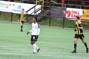 Frejs femmålsskytt Rashid Mohamed Chambo bredvid Friska Viljors lagkapten och mittback Alexander Callsen.