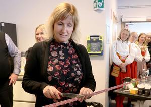 Anna Hed, kommunalråd, skär här bandet med en Morakniv. Foto: Dalarnas Försäkringsbolag