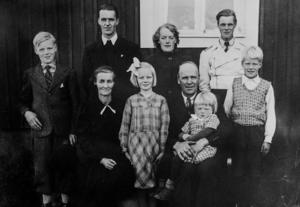 Ett gammalt foto på familjen Sjödin. Sören, till vänster, och mamma Emma och pappa Carl Laurentius i mitten.