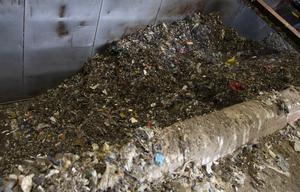 Orsaken till Säverstaverkets stora utsläpp av fossil koldioxid är framförallt plast som slängts i soporna.