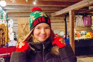 Premiär för julmössa och julvantar för Alice Toll, 12 år från Vedevåg.
