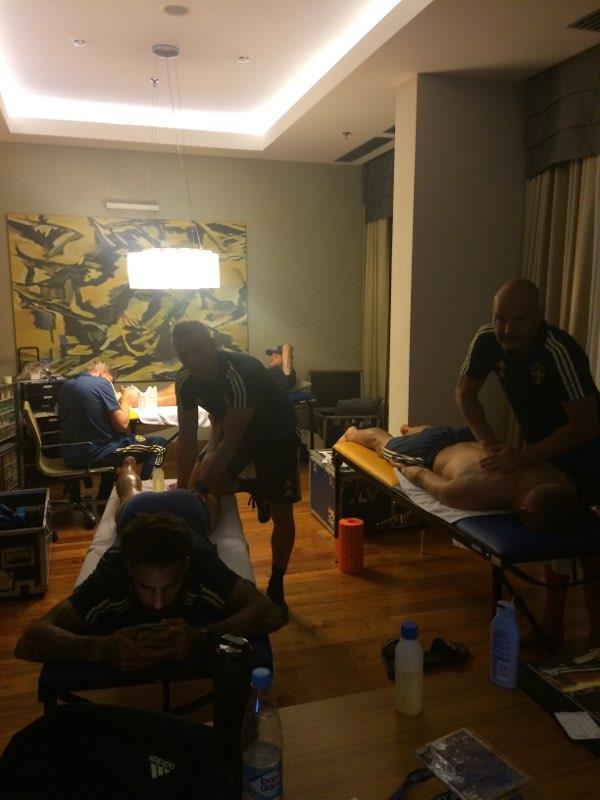De sista behandlingarna genomfördes under söndagskvällen. Emil Forsberg, Mikael Lustig och Sebastian Larsson var tre av spelarna som fick massage dagen före match.