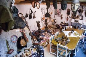 Leif Johansson har alltid fascinerats av olika kulturer och har genom åren samlat på sig oräkneliga prylar. I dag har stora delar sålts iväg.
