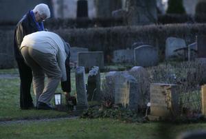 I dag är en viktig tradition att tända ett ljus vid den dödes grav. Foto Fredrik Sandberg