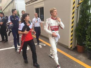 Marcus Ericsson har precis klivit ur bilen efter elfteplatsen i Monaco. Till vänster hans personlige assistent Akiko Itoga från Alfa Romeo Sauber-stallet.