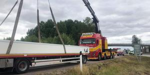 Lastbilen fick bärgas från platsen.