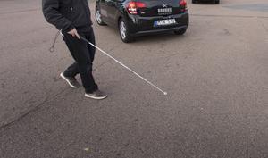Insändarskribenten Mats Dellrud var tvungen att skicka in sin livsnödvändiga vita käpp till landstinget, för att få en ny, efter två veckor. Bilden är tagen i ett annat sammanhang. Foto: TT