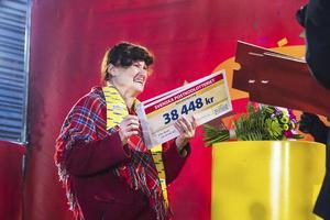 Elsie Bratt drog fram tre vinstcheckar på vardera 38 448 kronor.