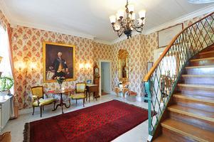 Herrgården stod klar år 1825 i sitt nuvarande utförande men har ursprung i en Bergmansgård från 1600-talet. Iwers Mäklarbyrå KB