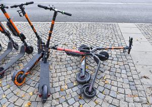 Elcyklarna intåg i våra storstäder förskräcker. De hitta slängda på var och varannan gata i både Stockholm och Göteborg. FOTO: Jonas Ekströmer/TT