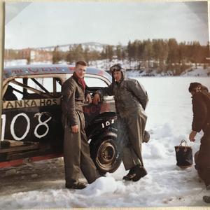 Stig Lundstedt, Nälden, till vänster, skruvade bil åt Olle Nielsen. Här står de vid Olle Nielsens Chevrolet.r