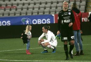 Lisa Dahlkvist tröstades (?) av dottern Penny, snart fyra, efter poängförlusten mot Kif Örebro.