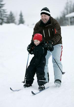 FÖRSTA ÅKET. Elias Tornberg fick hjälp av pappa Tomas Tornberg när han provåkte de nya skidorna för första gången.