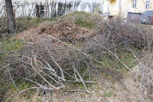 Skräphögen intill Bondegatan i Arbrå växer sig allt större.