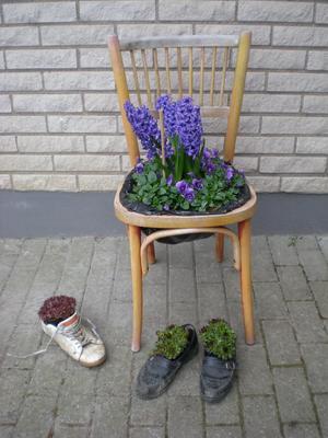 Inget går upp emot en skön stol och dito skor när man har jobbat hårt i trädgården. Det känns bra som belöning.