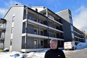 Mikael Sundqvist, fastighetsvärd, framför det hus som nu i det närmaste är inflyttningsklart.