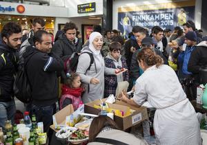 Mat och dryck delas ut till flyktingar på Malmö Centralstation under den stora flyktingkrisen hösten 2015. .Foto: Ola Torkelsson / TT