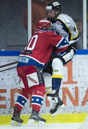 Visby/Romas Jonathan Granström tacklas av Huddinges Björn Jonason. Foto: Bildbyrån