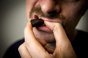 En svensk forskargrupp ska nu undersöka om snus kan mildra coronavirusets påverkan hos just snusare. Det efter att en fransk studie visat att rökare löper mindre risk att drabbas allvarligt av sjukdomen covid-19. OBS: Genrebild.