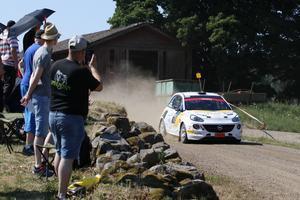 Publiken hejade på när bilarna dundrade förbi. Här är det  otrimmat 2WD-vinnaren, Tom Kristensson, som kör på den fjärde sträckan.